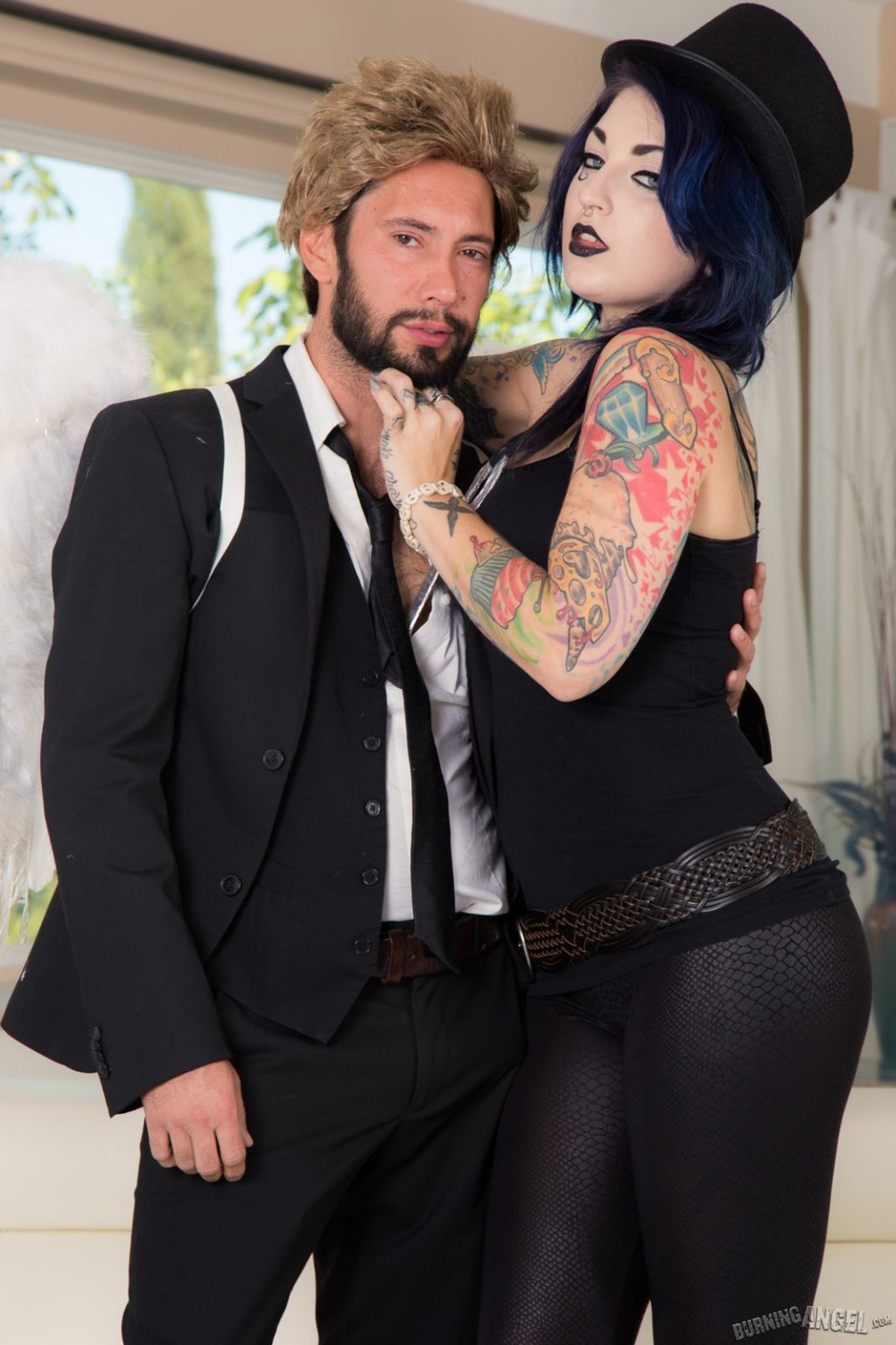 Девушка любит готический стиль и большие татуировки, а также качественный секс с мужчиной
