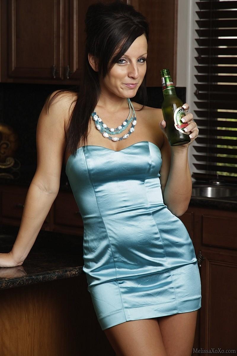 Мелисса Метьюс показывает, как она облизывает бутылочку и вставляет ее в свою пизденку