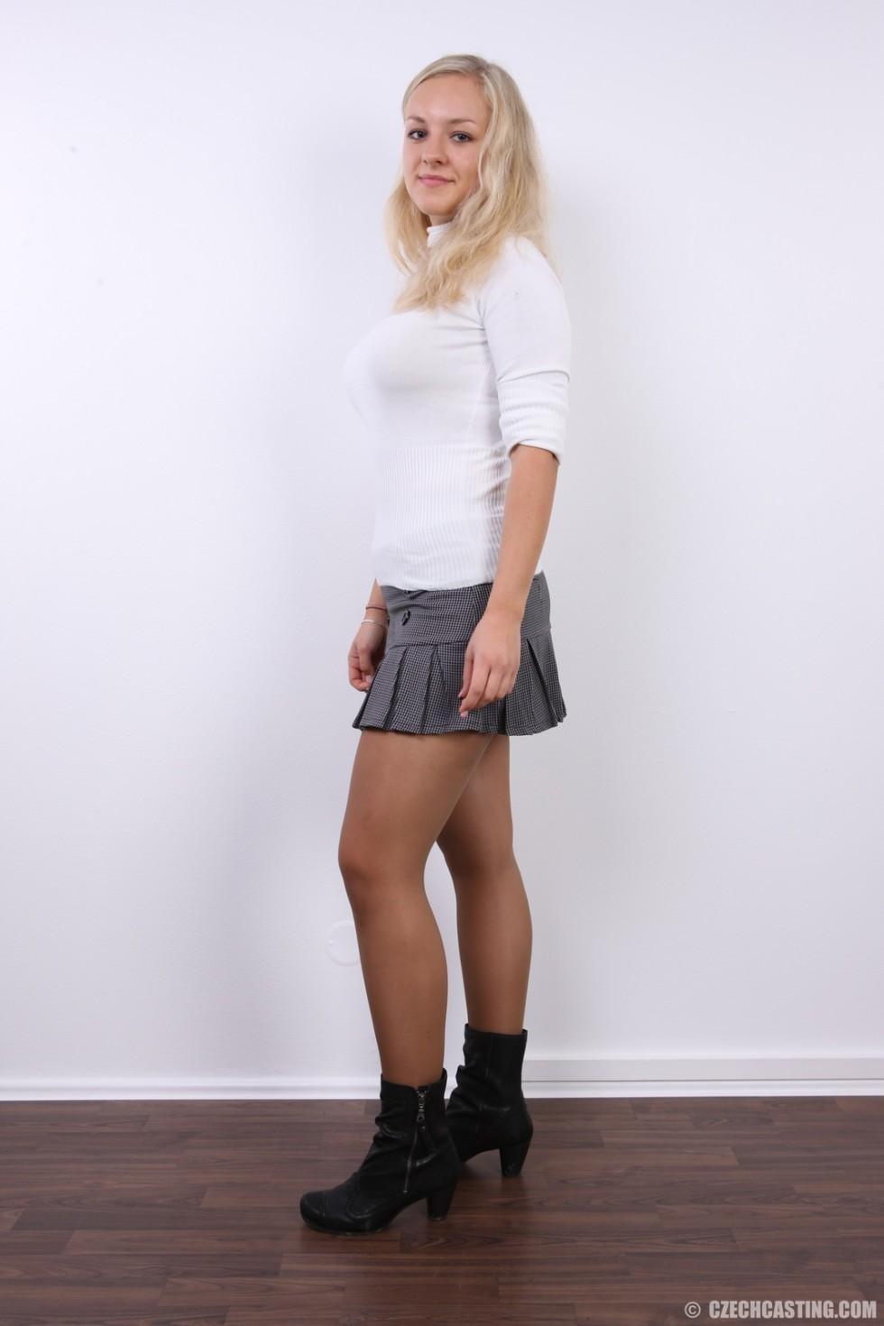 В чешском кастинге участвует милая блондинка, которая всегда готова слушаться фотографа и исполнять его указания