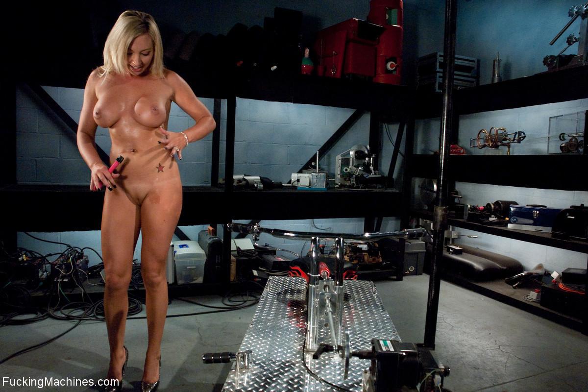 Рисковая блондинка пробует себя на мощной машине, которая доставляет массу удовольствия