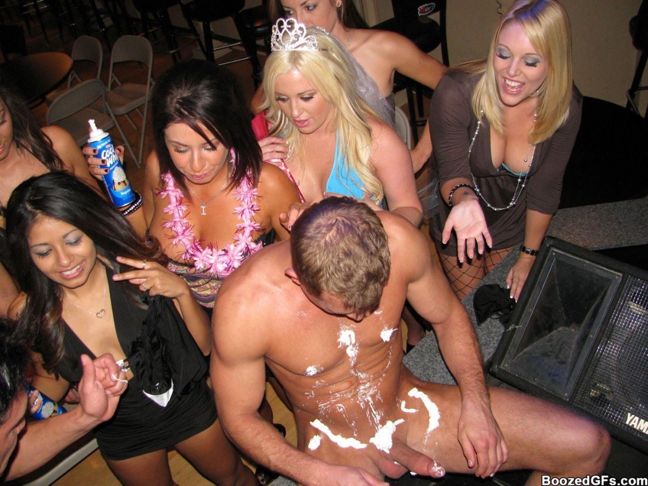 Мужики в клубах дают в ротик своим неописуемо красивым телкам