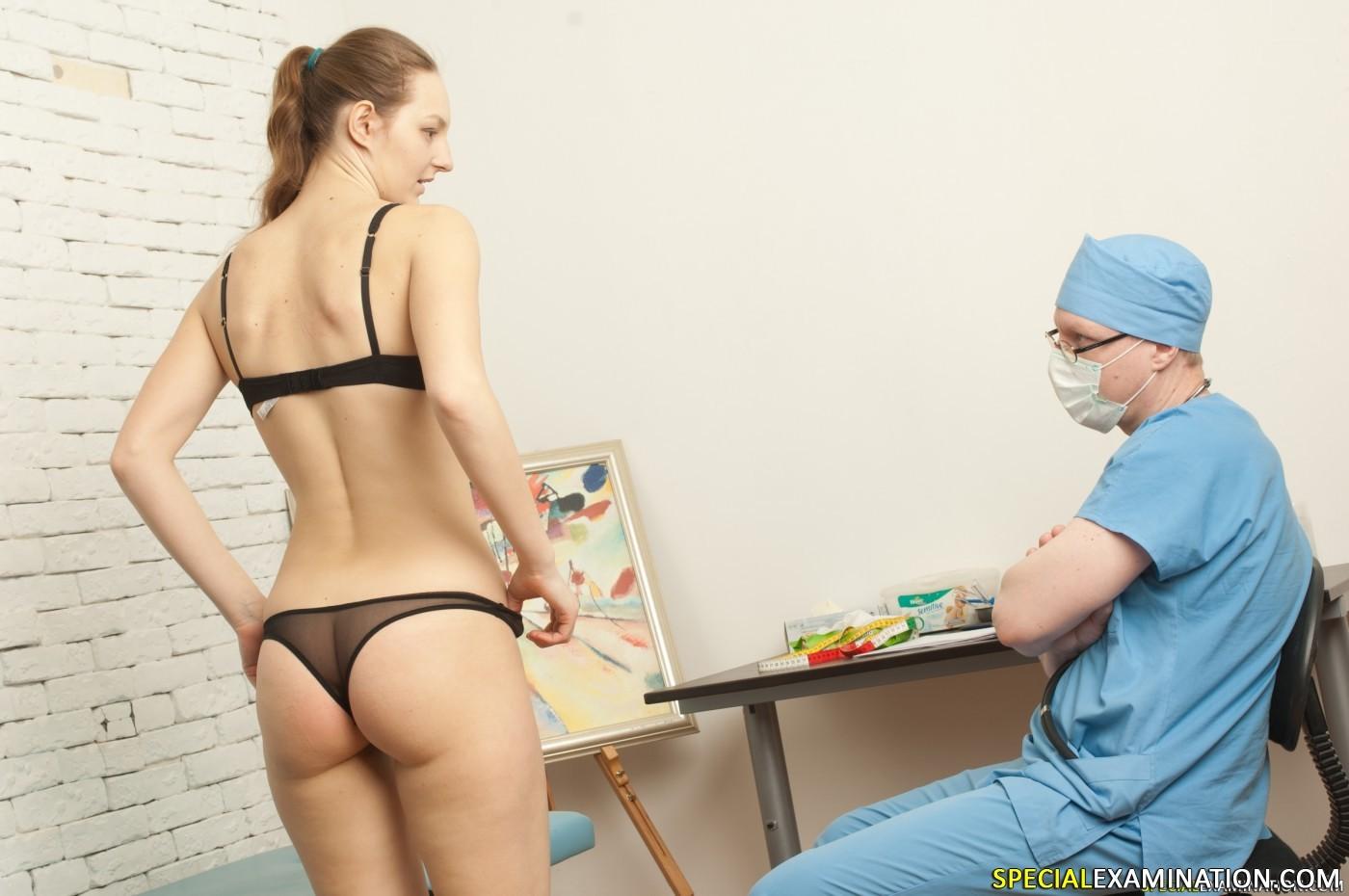 Врач раздел и поставил раком пациентку что бы получше расмотреть её киску