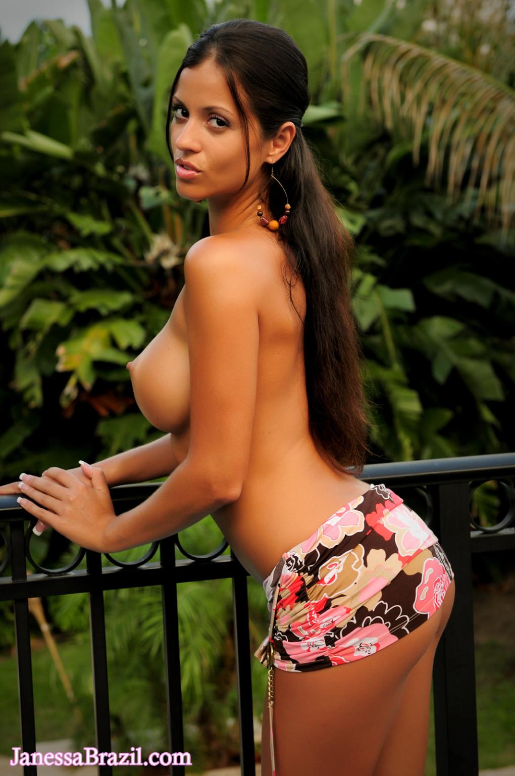 Эффектная бразильская брюнетка показывает свое невероятное тело, приманивая взглядом