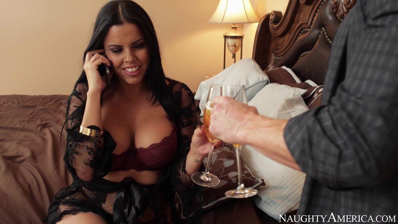 Сексуальная крошка разговаривает в тот момент, когда к ней пристраивается возбужденный мужчина