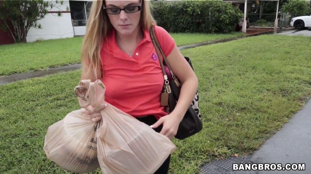 Блондинка в очках стоит раком и отсасывает сперму с члена паренька