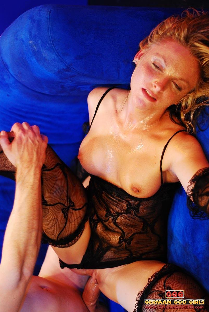 Уставшую блондинку жарят в два смычка пьяные друзья после клуба