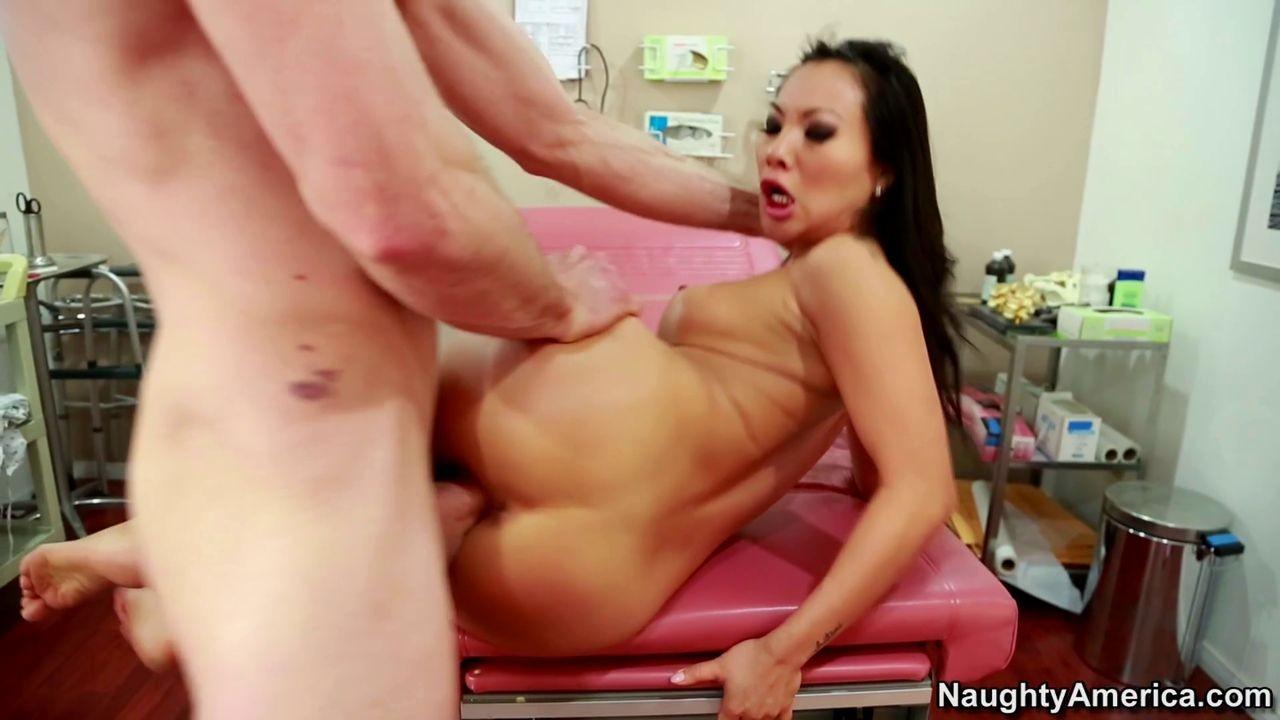 Азиатская медсестра разделась перед пациентом что бы излечить ему его стояк