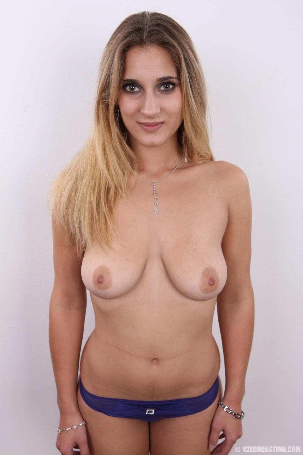 Девушка с шикарными формами пришла на фотосесию и снимает одежду