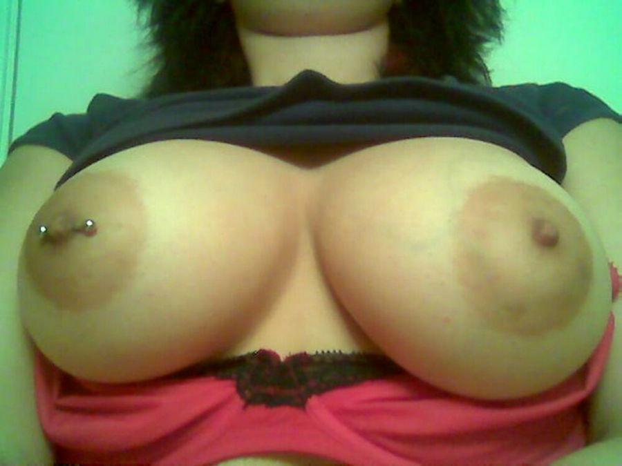 Латиноамериканка становится раком и демонстрирует свои розовые узкие дырки, симпатичная сучка дает всем