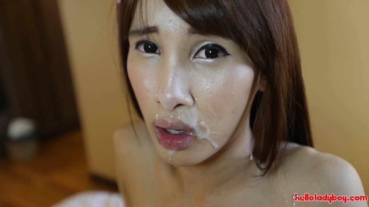 Тайская хрупкая девушка оказывается бывшим мужчиной с большим членом, который быстро встает