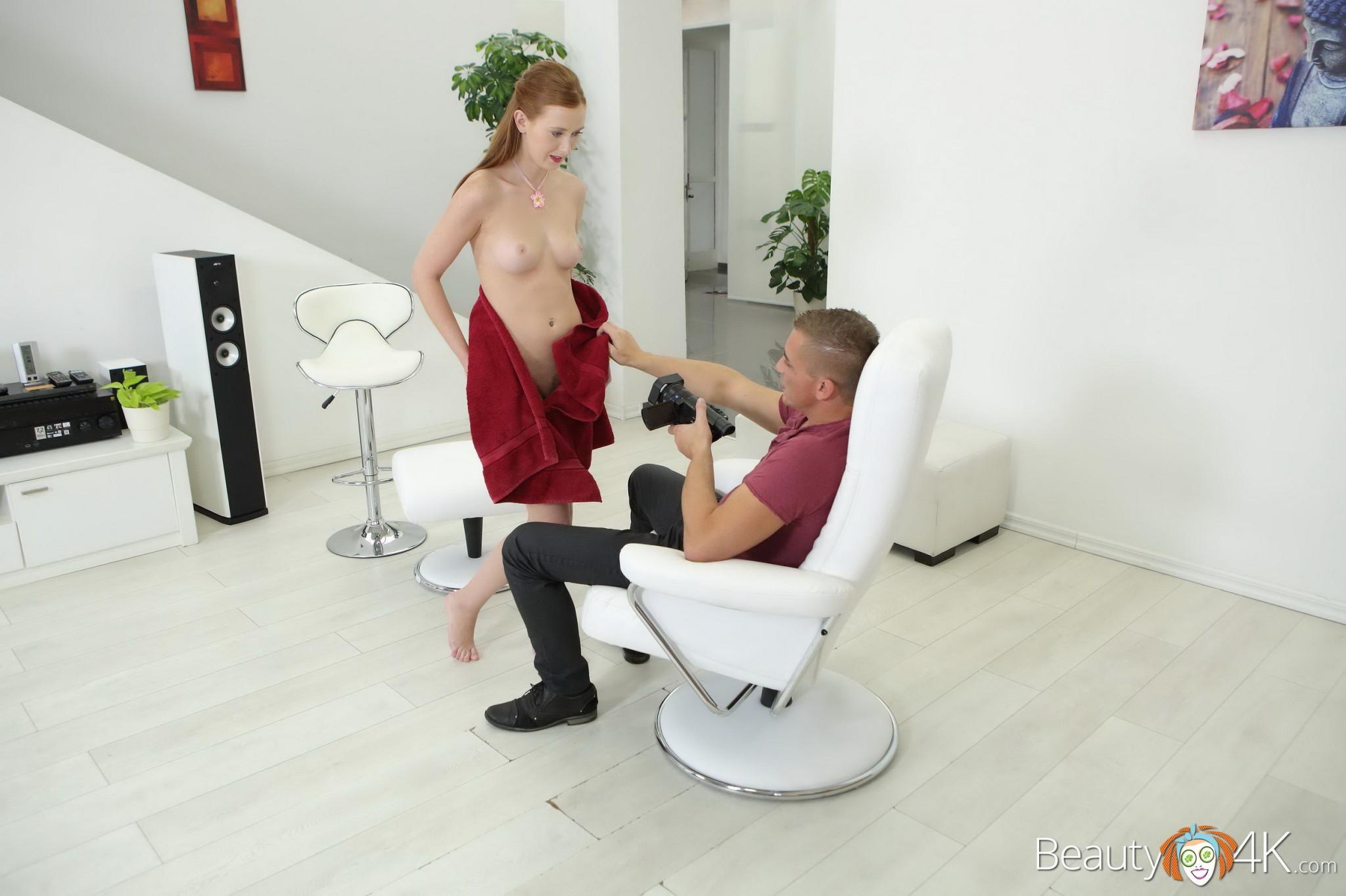 Девушка облизывает мужской член и разрешает снимать себя во время этого процесса, а затем и трахается
