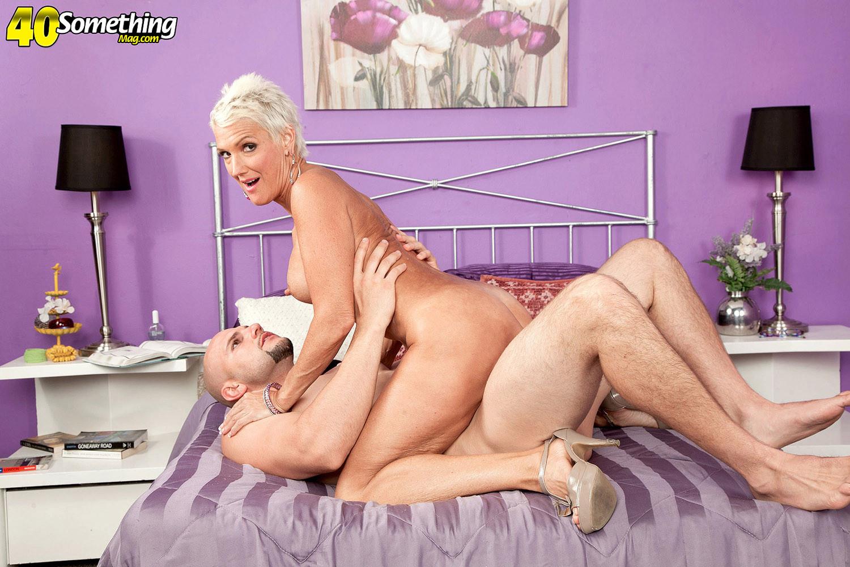 Зрелая блондинка развлекается со своим любовником, пока муж уехал в командировку