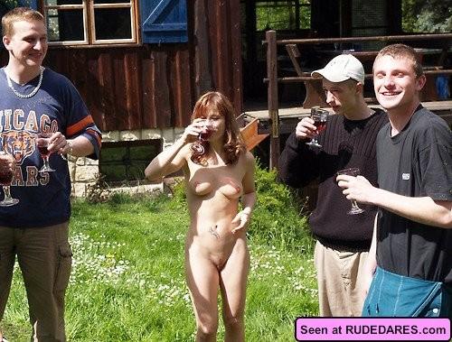 Девки получают удовольствие, когда на их голые пезды и сиськи смотрят толпами мужики