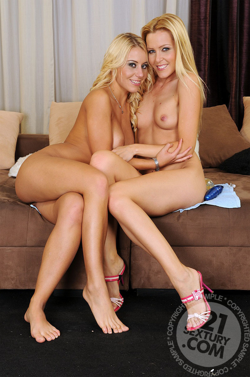 Софи Моне и ее классная подружка Никки любят по очереди поиграть с попками друг дружки и различными игрушками