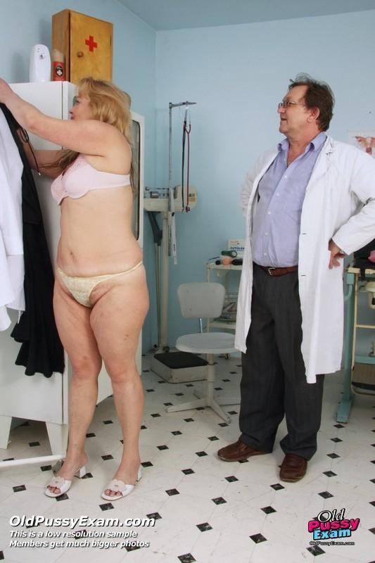 Зрелая женщина предлагает рассмотреть себя опытному врачу и он с удовольствием принимается за дело