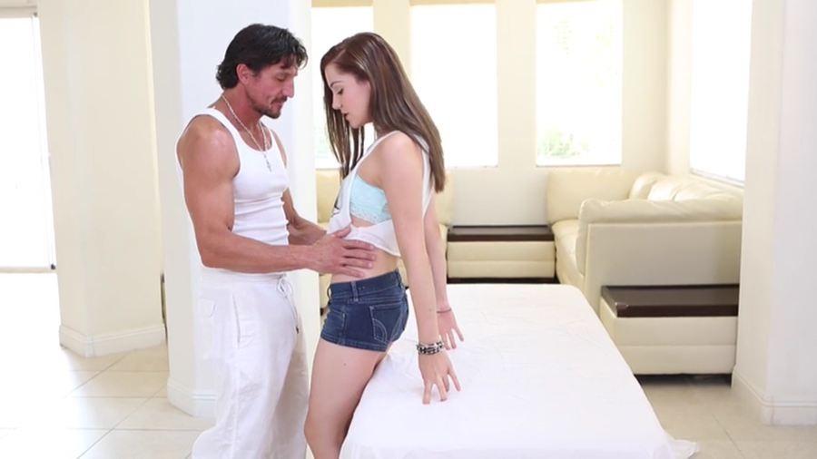 Самка приходит на прием к массажистку и забывается, ее трахают во всех позах пока муж ждет за дверью