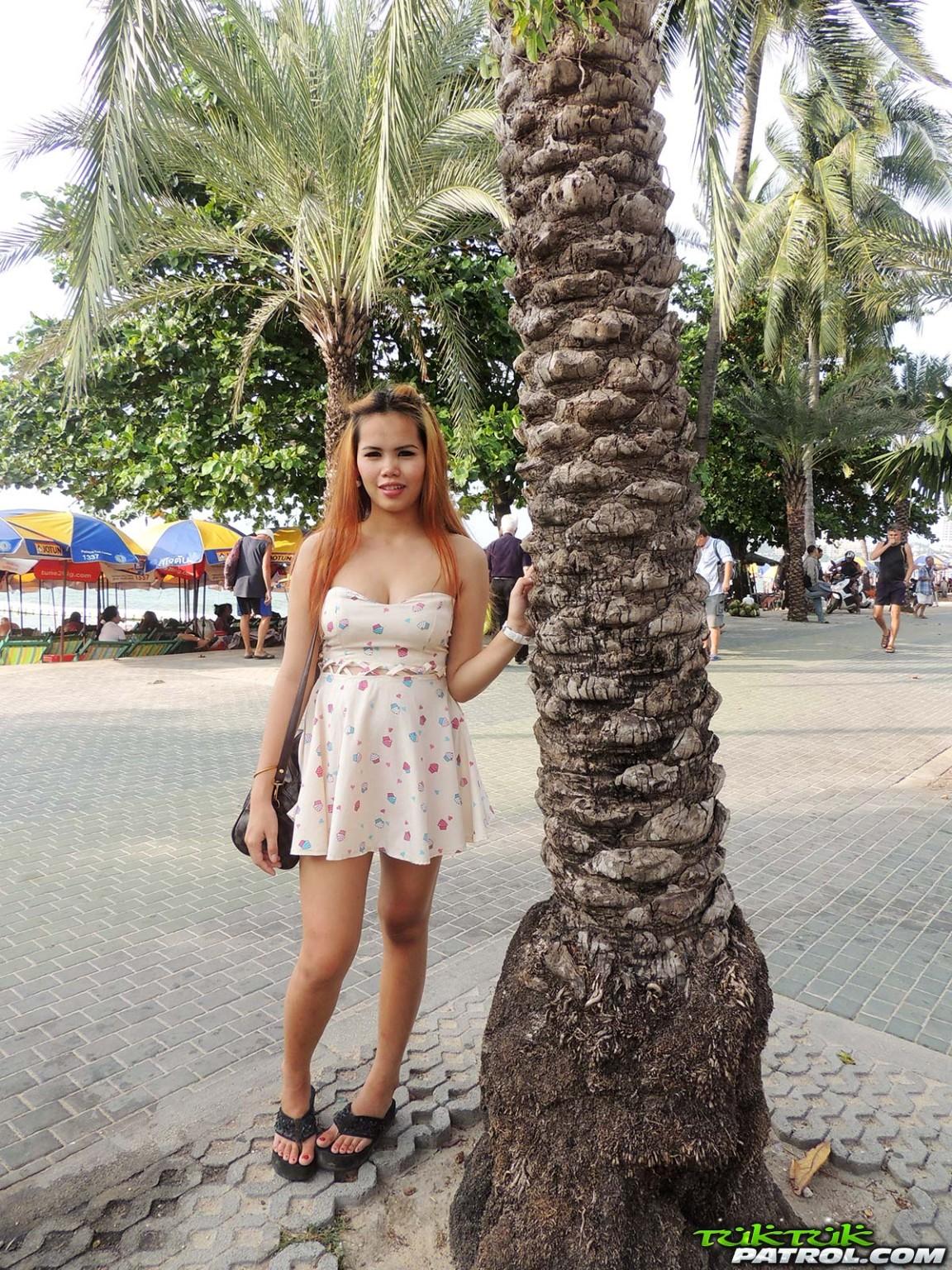 Беременная тайская девушка с большими коричневыми сосками