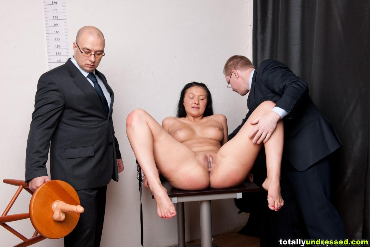 Два зрелых парня издеваются над красоткой суя ей в пизду секс игрушки