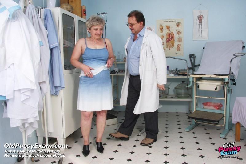 Женщина в возрасте приходит на прием к врачу и получает удовольствие от тщательного осмотра