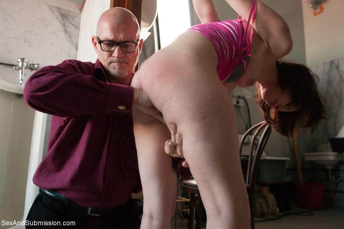 Сексуальную молодую телку зрелый парень жестко выеб в пизду