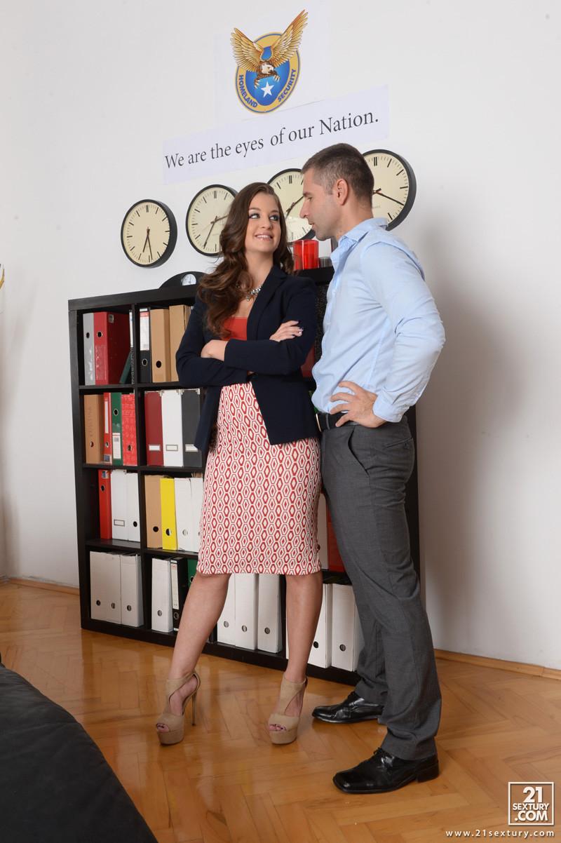 Анжелина Брилл решила пораньше уйти с работы, однако шеф поймал ее, пришлось трахнуться с ним на кушетке