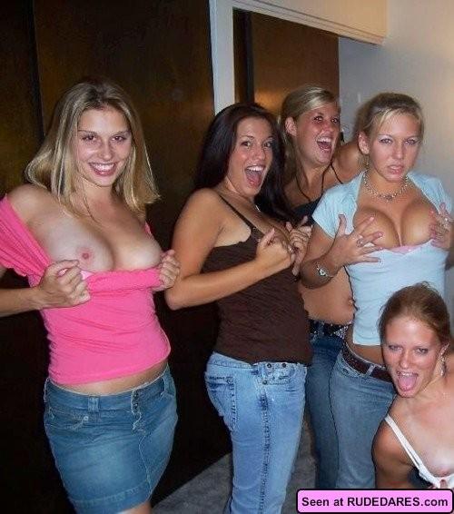 Девки демонстративно показывают свои сиськи - здесь есть на что посмотреть, девки хотят большой член