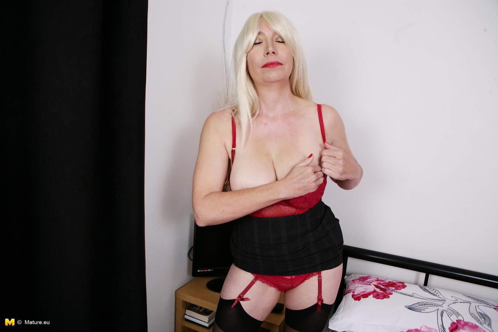 Хотя женщина уже немолода, но все же хочет почувствовать себя желанной и участвует в фотосессии