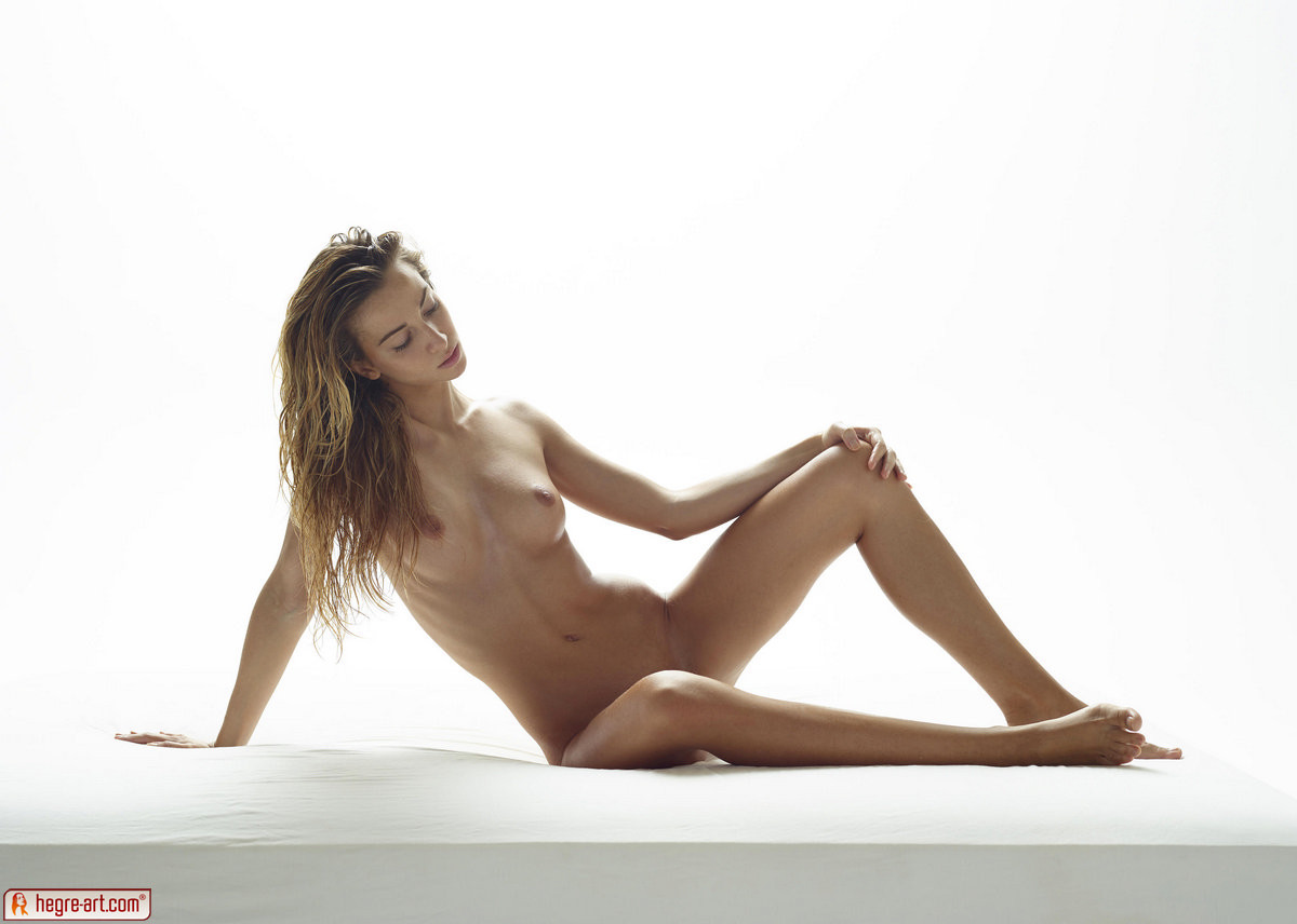 Эротические фото красивой худенькой девушки с маленькой грудью