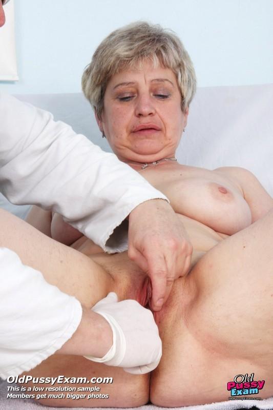 Женщина в зрелом возрасте показывает себя со всех сторон опытному врачу, раздвигая перед ним ноги