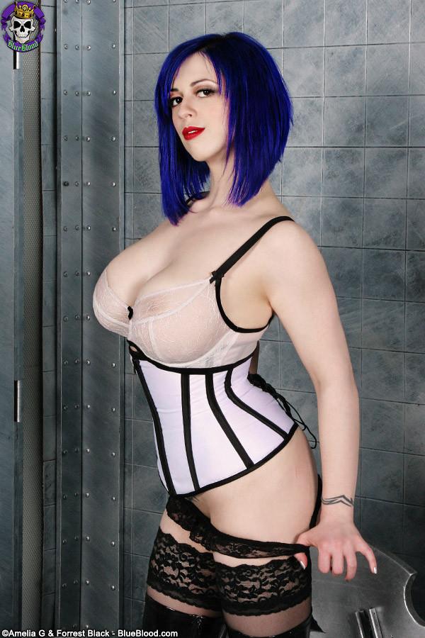 Женщина с синими волосами оголяет свой бюст и показывает розовую промежность крупным планом