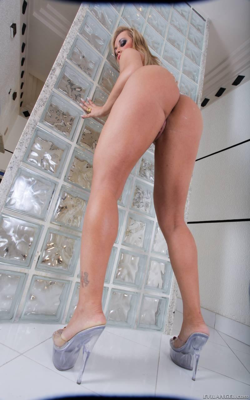 Синтия Сантос - эффектная блондинка, которая готова подставить свое пизденку для секса