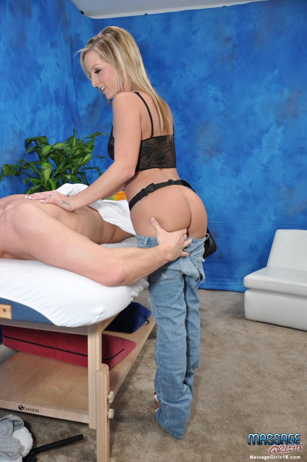 Мужчина расслабляется на массажном столе, пока его дружок кайфует от рук массажистки