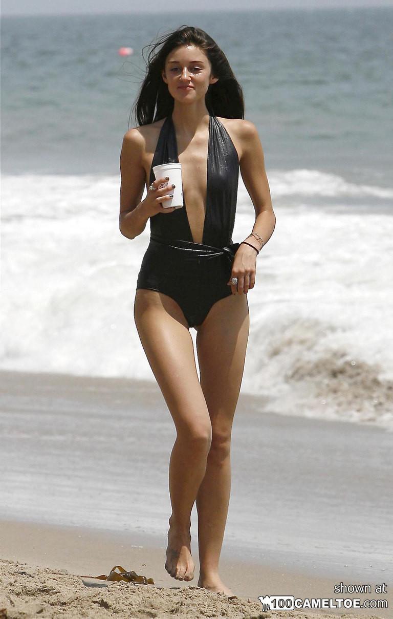 Красивые девушки с сексуальными телами занимаются пробежкой по пляжу