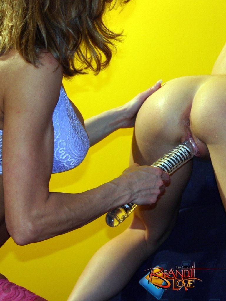 Бренди Лав занимается страстным сексом со своей подругой лесбиянкой, трахая ее большим фаллоимитатором