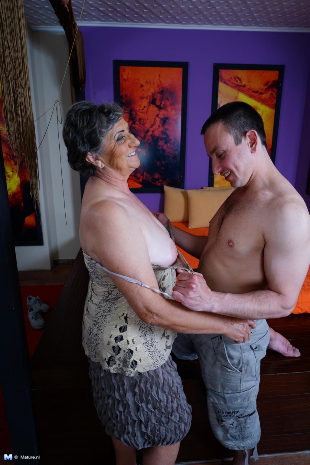 Женщина в почтенном возрасте соблазняет молодого мужчину и он устраивает ей хорошую еблю