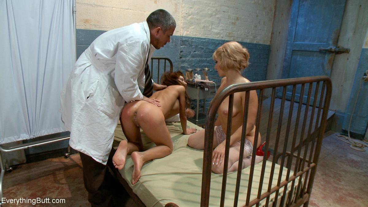Красивых девушек в старой больничной палате выебал зрелый доктор