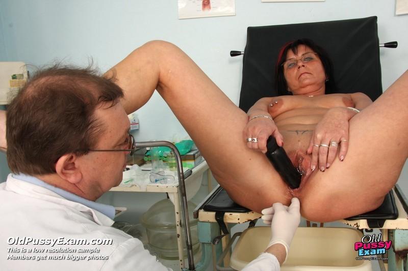 Врач-гинеколог устраивает полный осмотр зрелой женщине – похоже, что она получает от этого удовольствие
