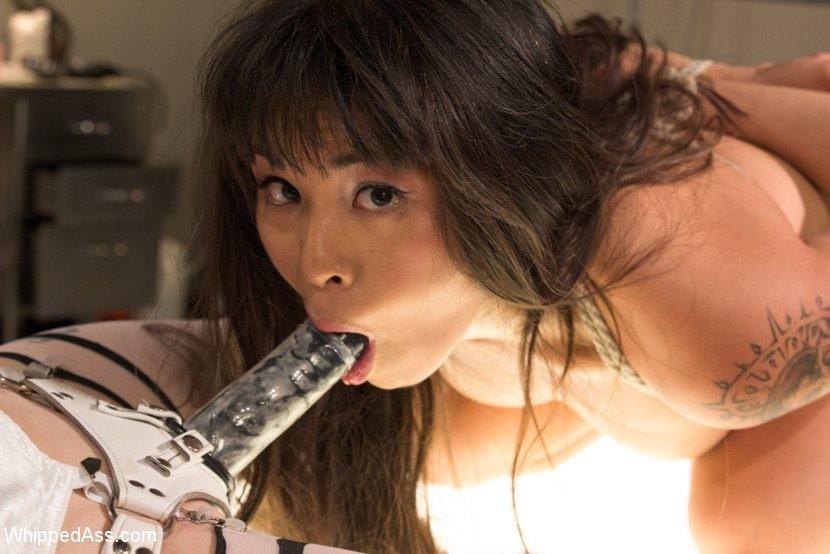 Черноволосая азиатка позволяет своей пышногрудой подруге связать ее и выебать на операционном столе