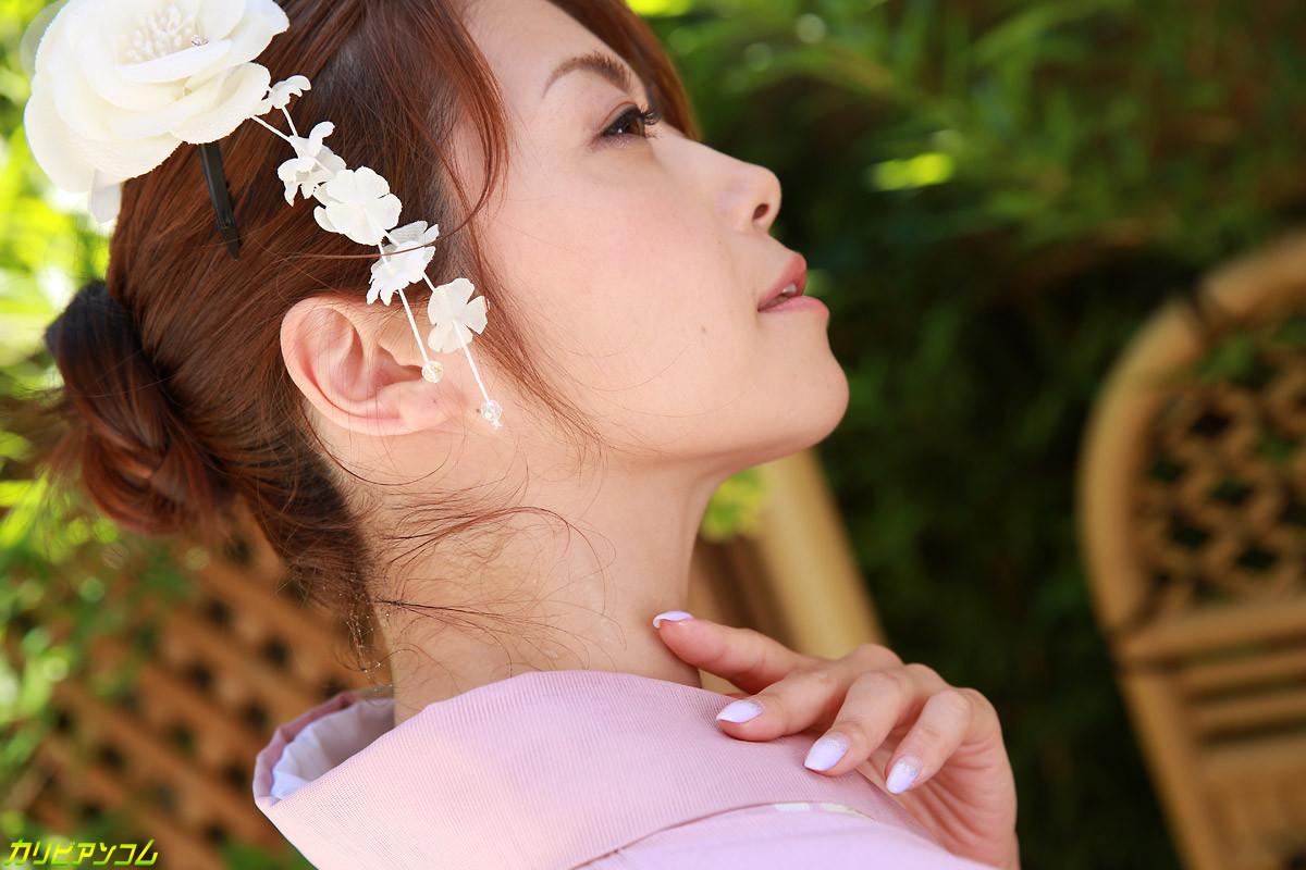 Опытная азиатка с мохнатой киской берет в рот не большой член дружка