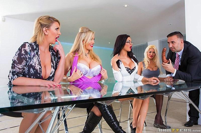 Четыре пышногрудые шлюхи ебутся с агентом по недвижимости сначала на журнальном столе, а потом на диване