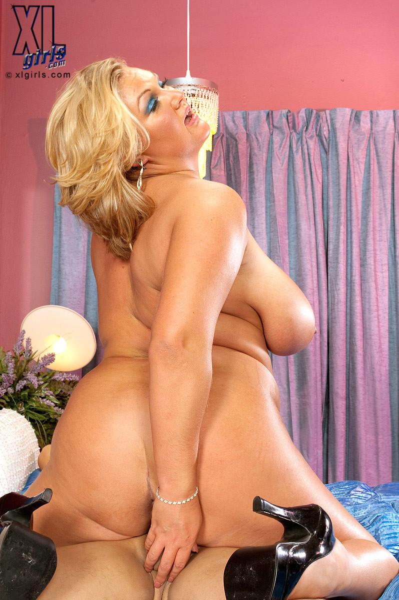 Толстенькая блондинка с пышными формами голодным взглядом смотрит на хуй