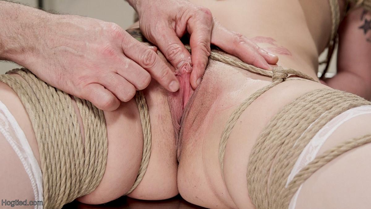 Сексуальную медсестру подвязывают к потолку и ебут в обе дырки, не снимая зажимы для сосков