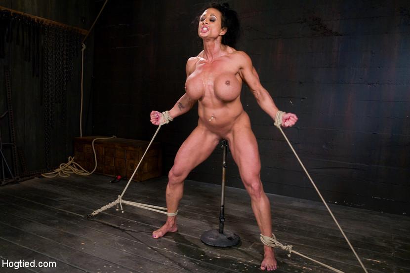 Для любителей мужеподобных женщин и собрана эта галерея - одна бодибилдерша выдерживает испытания