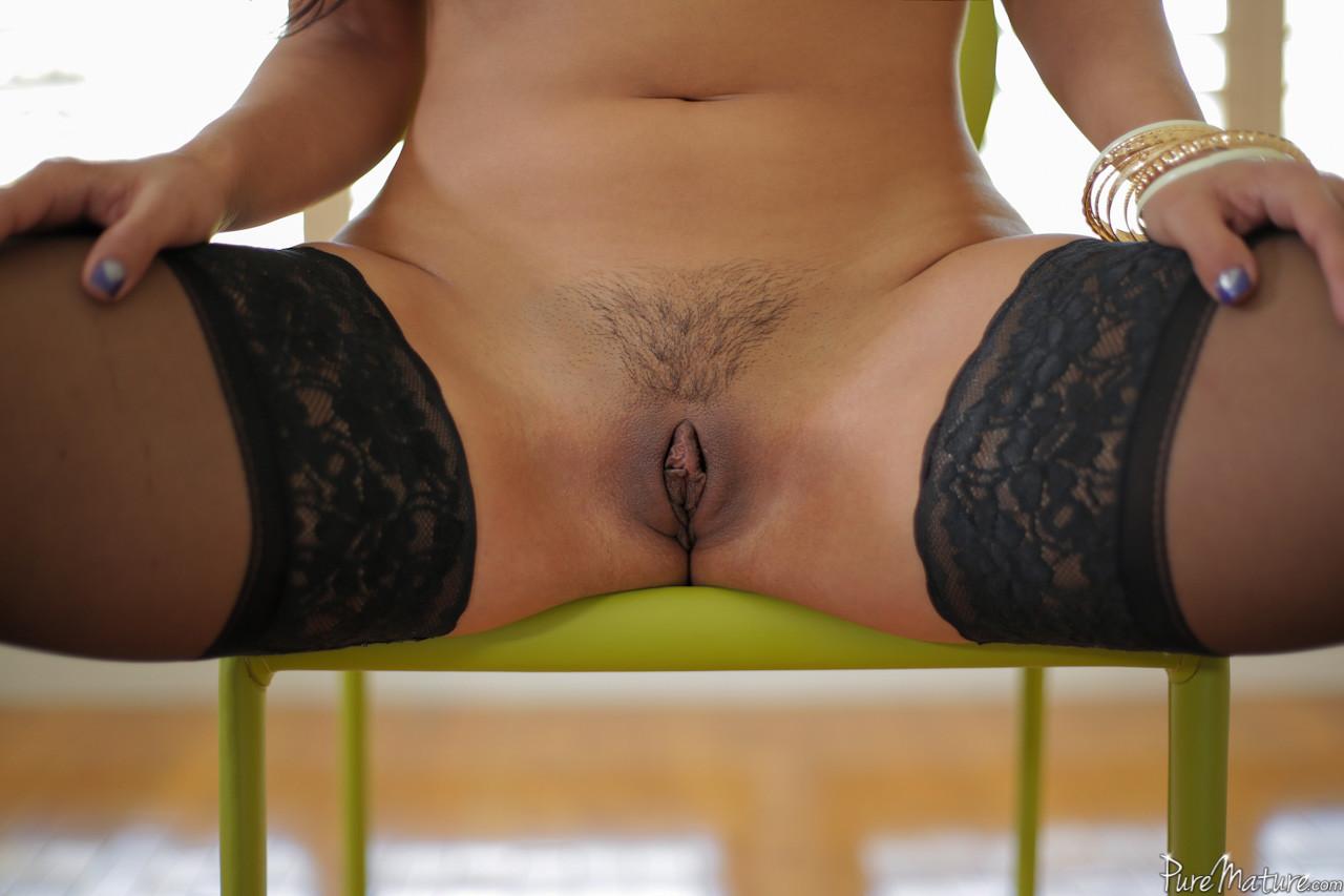 Сексуальная красотка с большими буферами подставляет свое роскошное тело для хорошей ебли