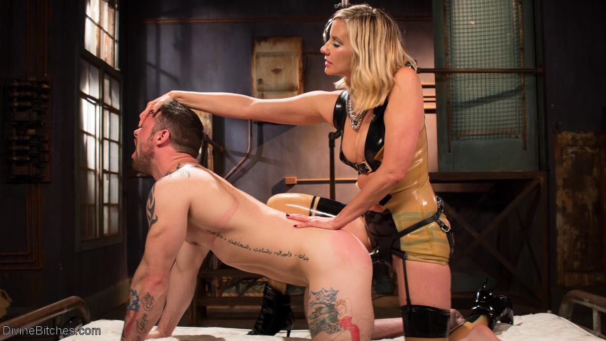 Семейная пара любит жесткий секс, телка надевает страпон и начинает ебать своего брутального мужчину в очко