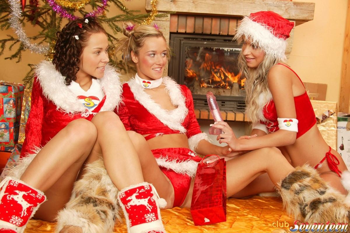 Горяченькие лесбиянки под елкой занимаются своим привычным развратом