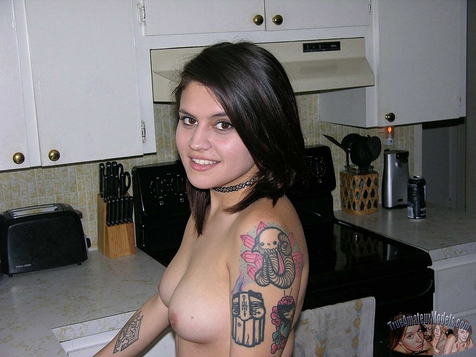 Девушка в татуировках ублажает мужчину, при этом используя только ручки