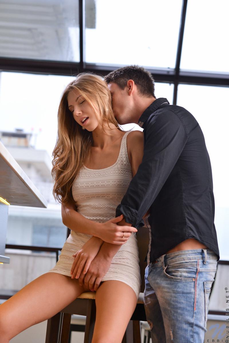 Парочка поддается страсти и решает заняться страстным сексом