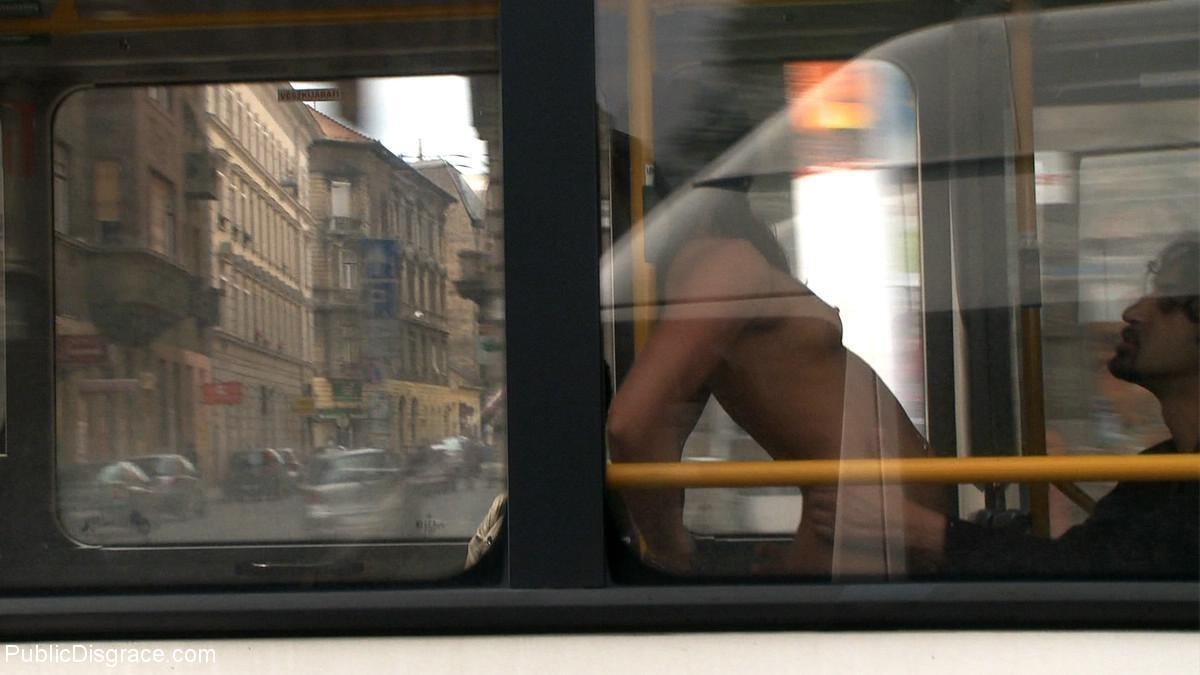 Развратную кучерявую сучку натягивают в автобусе после работы