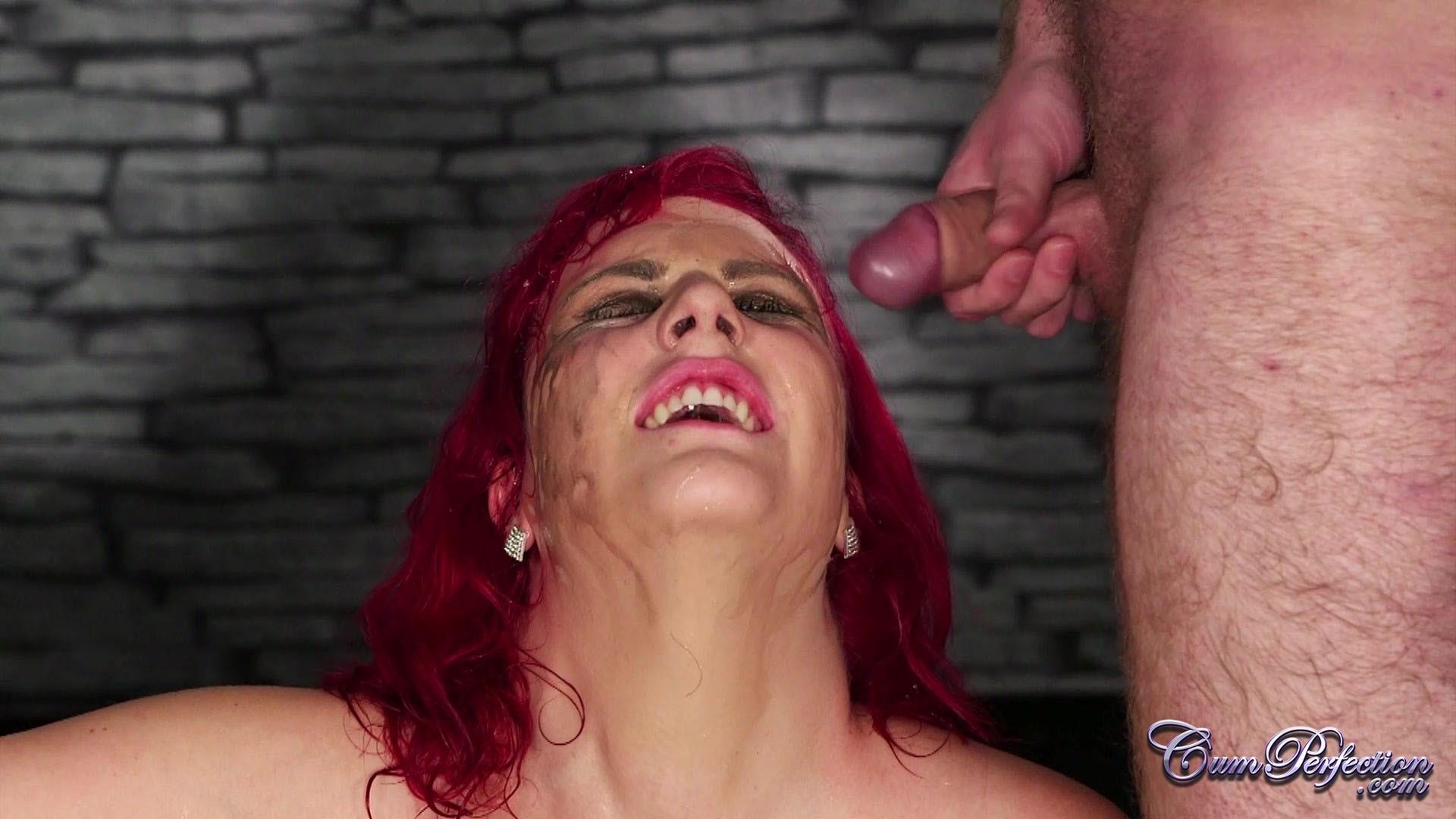 Развратная женщина с необычной внешностью показывает свою смелость в сексуальном плане